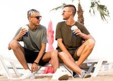 Dos cócteles de la bebida de los individuos en una playa tropical foto de archivo