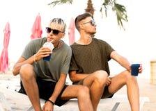 Dos cócteles de la bebida de los individuos en una playa tropical fotos de archivo libres de regalías