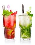 Dos cócteles del mojito con las frutas de la fresa y de la cal aisladas Foto de archivo libre de regalías