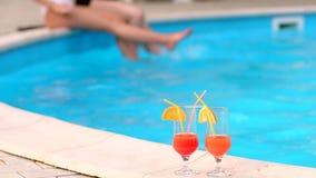 Dos cócteles en el fondo de la piscina con las muchachas
