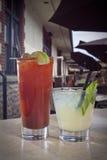 Dos cócteles en patio del restaurante Foto de archivo libre de regalías