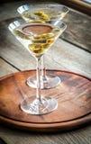Dos cócteles verdes olivas de martini Fotos de archivo libres de regalías