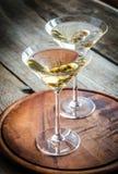 Dos cócteles verdes olivas de martini Fotografía de archivo