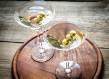 Dos cócteles verdes olivas de martini Fotos de archivo