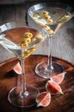 Dos cócteles verdes olivas de martini Foto de archivo libre de regalías