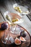 Dos cócteles verdes olivas de martini Fotografía de archivo libre de regalías
