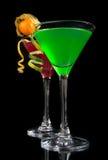 Dos cócteles verdes y los cócteles cosmopolitas rojos adornaron ingenio Fotografía de archivo