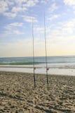Dos cañas de pescar en la playa Fotografía de archivo