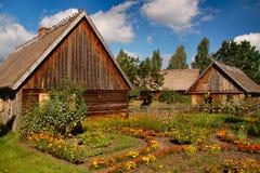 Dos cabañas polacas viejas en campo imagenes de archivo