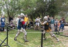 Dos caballeros con las espadas luchan en el anillo en el festival de Purim con rey Arthur en la ciudad de Jerusalén, Israel imágenes de archivo libres de regalías