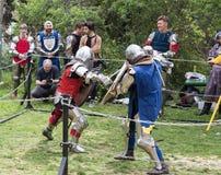 Dos caballeros con los escudos y las espadas luchan en el anillo en el festival de Purim con rey Arthur en la ciudad de Jerusalén imágenes de archivo libres de regalías