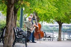 Dos caballeros mayores en un parque con los instrumentos musicales fotos de archivo