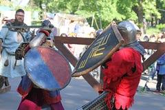 Dos caballeros medievales durante el cierre de la batalla para arriba Fotografía de archivo libre de regalías