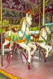 Dos caballos coloridos en un carrusel (pasado de moda) del vintage Fotos de archivo libres de regalías