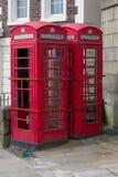 Dos cabinas de teléfonos rojas urbanas imagen de archivo libre de regalías