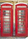 Dos cabinas de teléfonos rojas británicas Foto de archivo libre de regalías