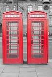 Dos cabinas rojas típicas del teléfono de Londres Imagen de archivo libre de regalías