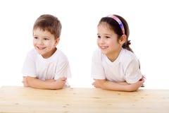 Dos cabritos sonrientes en el escritorio fotografía de archivo libre de regalías