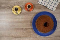 Dos café express y torta en una tabla de madera Fotografía de archivo