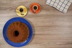 Dos café express y torta en una tabla de madera Fotos de archivo