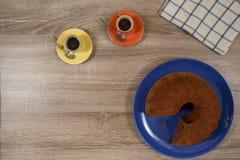 Dos café express y torta en una tabla de madera Imágenes de archivo libres de regalías