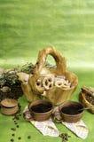 Dos cafés, galletas en la cesta hecha de la madera, granos de café y él Fotografía de archivo libre de regalías