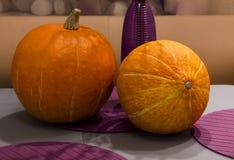 Dos calabaza en la tabla - preparación para Halloween fotos de archivo libres de regalías