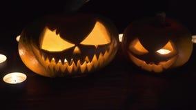 Dos calabazas están en la tabla, y las velas están quemando alrededor Diseño del arte de Halloween almacen de video