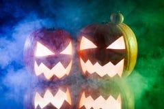Dos calabazas para Halloween en humo del color Fotografía de archivo