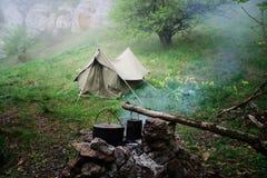 Dos calderas del campo en la participación temprano por la mañana, tienda en Foto de archivo libre de regalías
