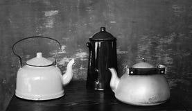 Dos calderas del vintage y potes del café imagen de archivo