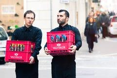 Dos camareros que llevan los cajones de vino en el centro histórico de Roma, Italia Foto de archivo libre de regalías