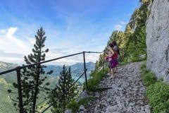 Dos caminantes de las mujeres que caminan en las montañas Imagen de archivo libre de regalías