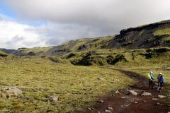 Dos caminantes en la trayectoria al glaciar del lheimajökull del ³ de SÃ, Islandia Imagenes de archivo