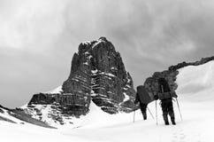 Dos caminantes en montañas nevosas antes de la tormenta Foto de archivo libre de regalías