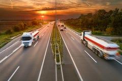 Dos camiones blancos en la falta de definición de movimiento en la carretera Imagen de archivo