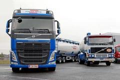 Dos camiones del tanque de Volvo nuevos y retros Imagen de archivo libre de regalías