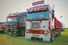 Dos camiones retros coloridos de la demostración del F-16 de Volvo Fotografía de archivo