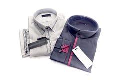 Dos camisas del ` s de los hombres en un fondo blanco imágenes de archivo libres de regalías