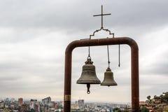 Dos campanas cristianas sobre la ciudad Foto de archivo libre de regalías