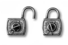 Dos candados viejos, abierto y cerrado imagen de archivo
