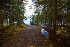 Dos canoas apiladas en el bosque por el lago Imagen de archivo