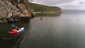 Dos canoas en el lago Turistas canoeing en la bahía Tiro aéreo del abejón almacen de metraje de vídeo