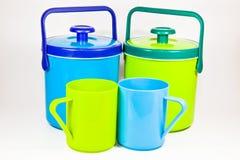 Dos cantinas y tazas plásticas coloridas del agua Fotografía de archivo