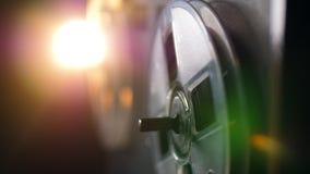 Dos carretes con la cinta giran en un registrador magnético almacen de video