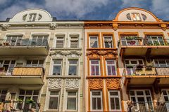 Dos casas brillantes contra el cielo Imágenes de archivo libres de regalías