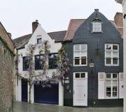 Dos casas en Brujas, ciudad - monumento de la UNESCO Foto de archivo