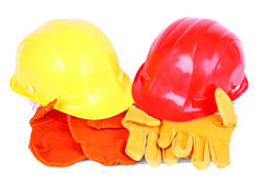 Dos cascos sobre dos pares de guantes protectores Fotos de archivo libres de regalías