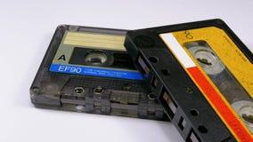 Dos casetes audios giran en el fondo blanco almacen de video