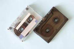 Dos casetes audios retros, primer en un fondo azul, concepto del vintage imagen de archivo libre de regalías